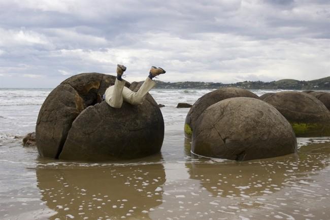 Những tảng đá Moreaki có thể được khám phá ở bãi biển Koekohe nằm giữa thị trấn Moerkai và Hampden. Tại đây, du khách có thể thỏa sức sáng tạo với nhiều cách tạo dáng chụp ảnh. Ảnh: Moeraki Boulders Limited 2010