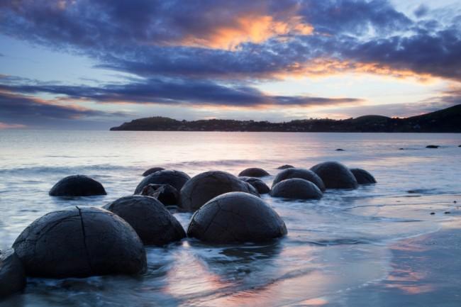 Những bức ảnh chụp từ thế kỷ 19 cho thấy có nhiều tảng đá Moeraki hơn ngày nay. Người ta cho rằng du khách đã lấy những tảng đá nhỏ làm đồ lưu niệm. Để ngăn chặn điều này xảy ra lần nữa, những tảng đá Moeraki hiện đang được pháp luật bảo vệ, đồng nghĩa với việc không được lấy, làm hỏng hoặc vẽ bậy lên chúng. Ảnh: Moeraki Boulders Limited 2010