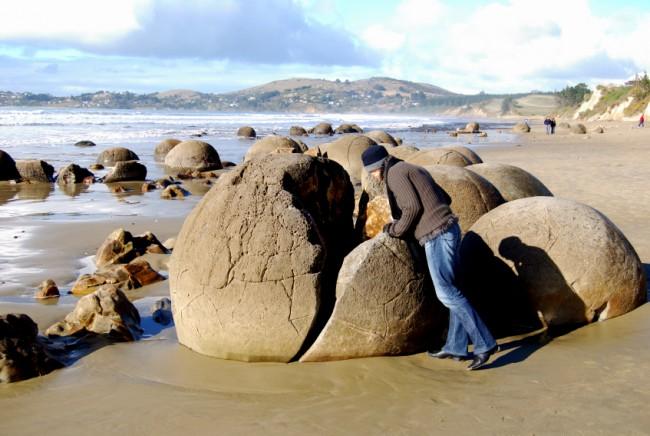 Nếu bạn nghe người Maori nhắc đến yêu tinh khổng lồ, não của người ngoài hành tinh hoặc quả bóng bowling của người khổng lồ, thì nghĩa là họ đang đề cập đến các tảng đá kỳ lạ này. Ảnh: Moeraki Boulders Limited 2010