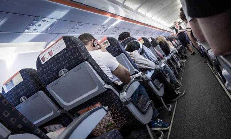 Không gian máy bay vốn chật chội, các tiếp viên khó có thể thực hiện các biện pháp chăm sóc y tế trong tình huống khẩn cấp một cách kín đáo. Thông thường, họ thực hiện việc hô hấp nhân tạo cho hành khách ngay tại lối đi. Ảnh: Alamy
