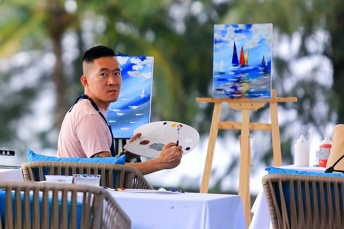 Buổi học vẽ có giáo viên hướng dẫn và khuyến khích người tham gia sáng tạo nên bức tranh cho riêng mình.