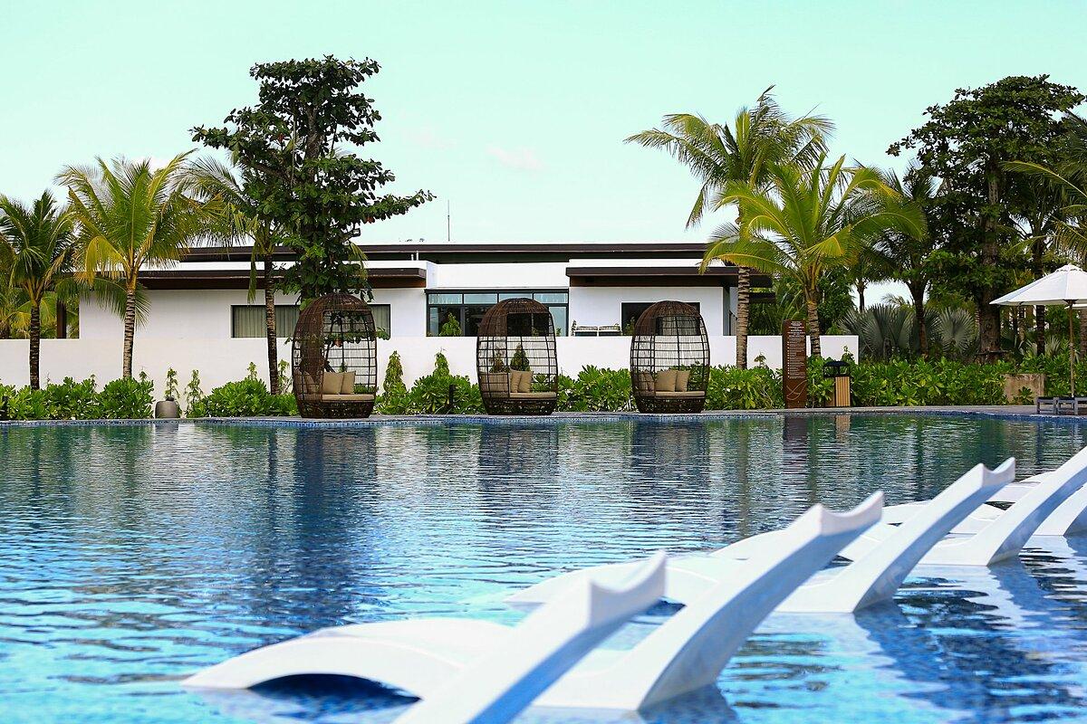 Khu vực thường xuyên tổ chức các hoạt động kể trên nằm giữa bể bơi và club bờ biển. Du khách có thể dễ dàng trải nghiệm nhiều dịch vụ tiện ích.
