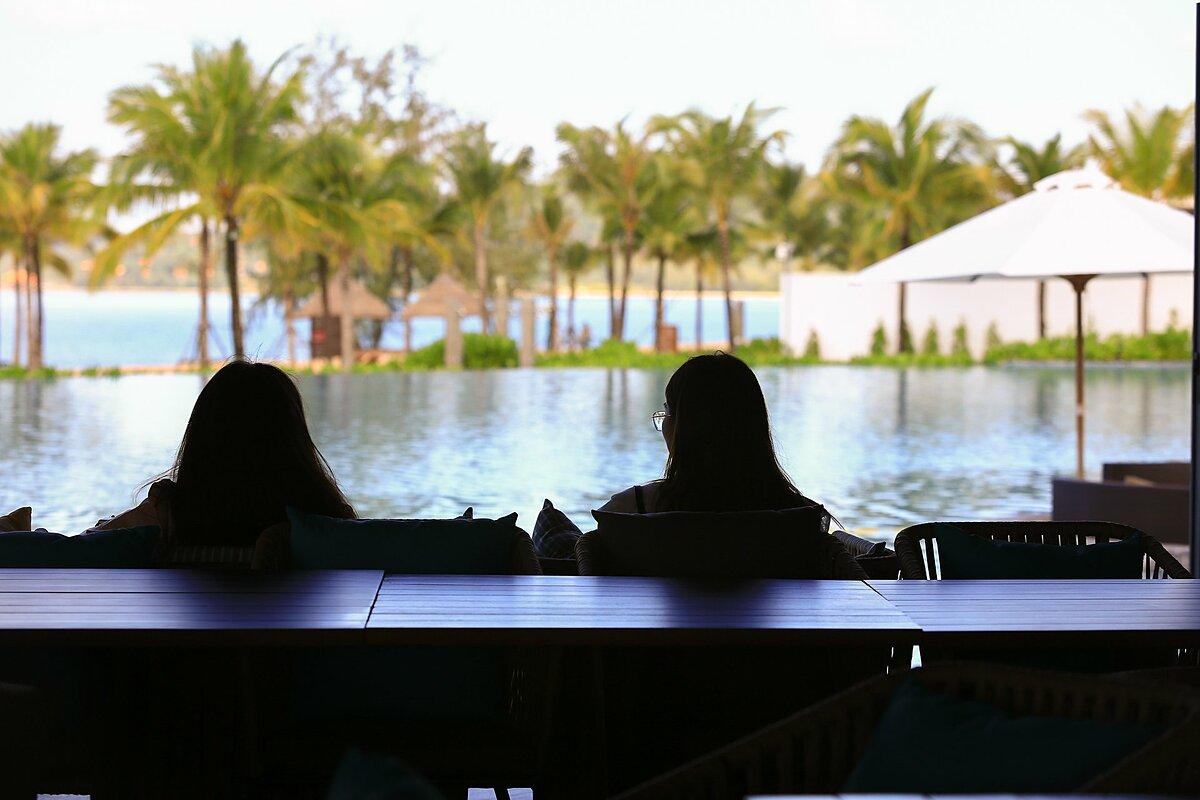 Đặc biệt, khu vực bờ biển của Mövenpick Resort Waverly Phú Quốc còn có Aura beach club, mở cửa từ 16h đến đêm. Aura beach club đón tiếp cả các du khách bên ngoài, không sử dụng dịch vụ lưu trú của  Mövenpick Resort Waverly Phú Quốc. Trong thời gian sắp tới, Phú Quốc sẽ có thêm một tuyến đường biển đi thẳng từ thị trấn Dương Đông (trung tâm huyện đảo) tới Mövenpick Resort Waverly Phú Quốc, dừng trước Aura beach club.