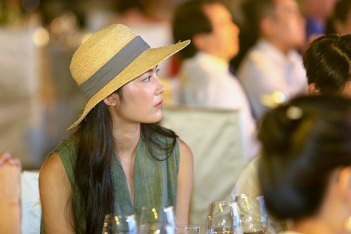 Trong video chia sẻ về trải nghiệm của mình, Helly Tống truyền tải vẻ đẹp hoang sơ của cánh rừng nguyên sinh tại Phú Quốc, cảm nhận âm thanh của thiên nhiên với tiếng ve, chim hót và tiếng gió. Nữ doanh nhân cũng tiết lộ, cô sáng tác bài hát Nắng trong chuyến thăm rừng nguyên sinh với ý nghĩa tìm thấy nắng trong mình, tìm về nguyên bản của mình.