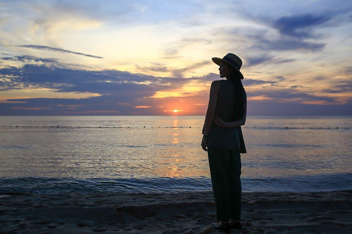 Helly Tống đến địa điểm tổ chức sự kiện - InterContinental Phu Quoc Long Beach từ sớm để thưởng thức cảnh hoàng hôn, một trong những thời điểm được đón chờ nhất khi đi du lịch tại Phú Quốc.