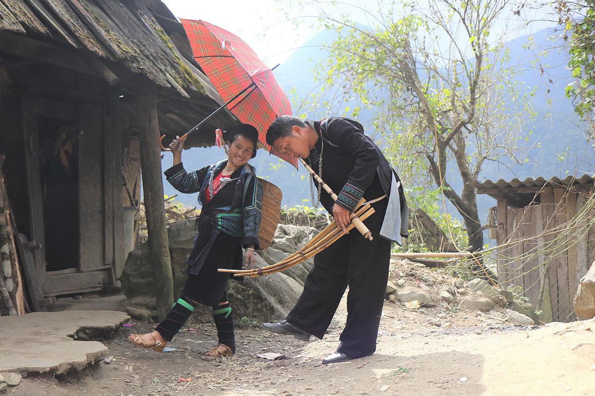 Điệu múa khèn của dân tộc Mông. Ảnh: Tô Bá Hiếu.