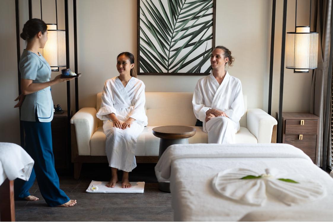 Ngoài ra, du khách có thể trải nghiệm các dịch vụ spa tại phòng hay bãi biển. Mövenpick Resort Waverly Phú Quốc cũng thường xuyên tổ chức chương trình massage chân hoàng hôn (Sunset foot massage), giúp du khách vừa tận hưởng dịch vụ massage vừa ngắm mặt trời lặn - một trong những thời khắc đẹp nhất Phú Quốc.