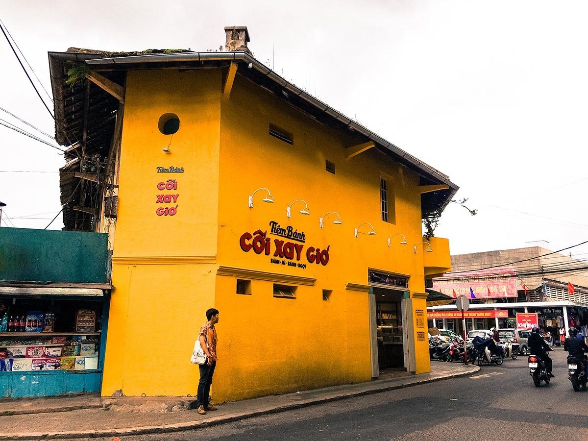 Tiệm bánh toạ lạc tại số 1 đường Hoà Bình, thuộc căn nhà 2 tầng của nhà sách Hoà Bình. Ảnh: Di Vỹ
