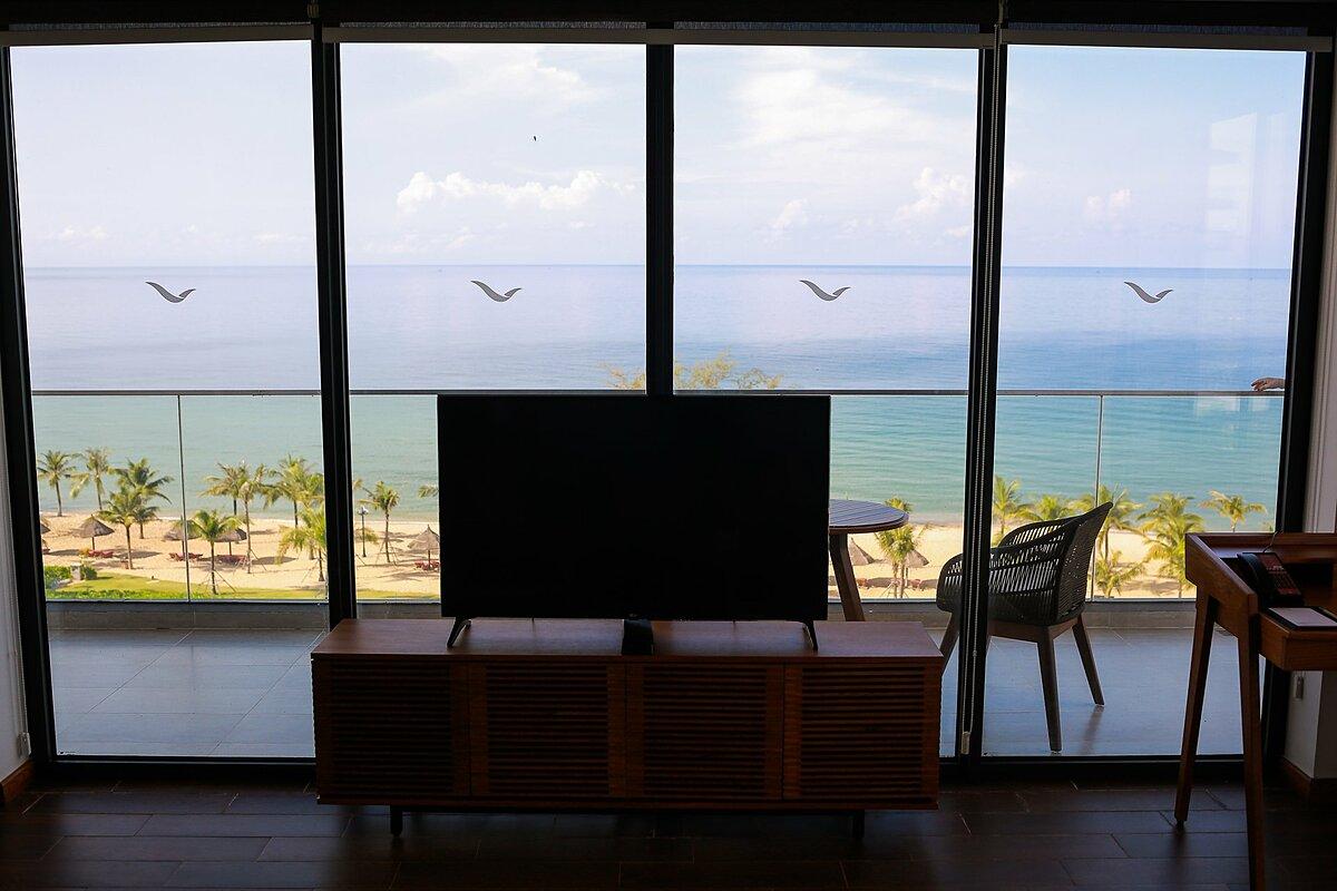 Mövenpick Resort Waverly Phú Quốc gồm 329 căn hộ có ban công riêng và 79 biệt thự và 305 phòng trong khu khách sạn với nhiều hạng phòng khác nhau. Phòng Deluxe với hai giường lớn đặc biệt, thiết kế vừa vặn cho gia đình 4 người. Phòng Suite có không gian rộng cùng phòng khách và phòng ngủ riêng biệt, phục vụ những gia đình nhỏ cần không gian riêng tư như ở nhà. Tất cả các phòng đều có ban công riêng rộng, view hướng biển hoặc hồ bơi.