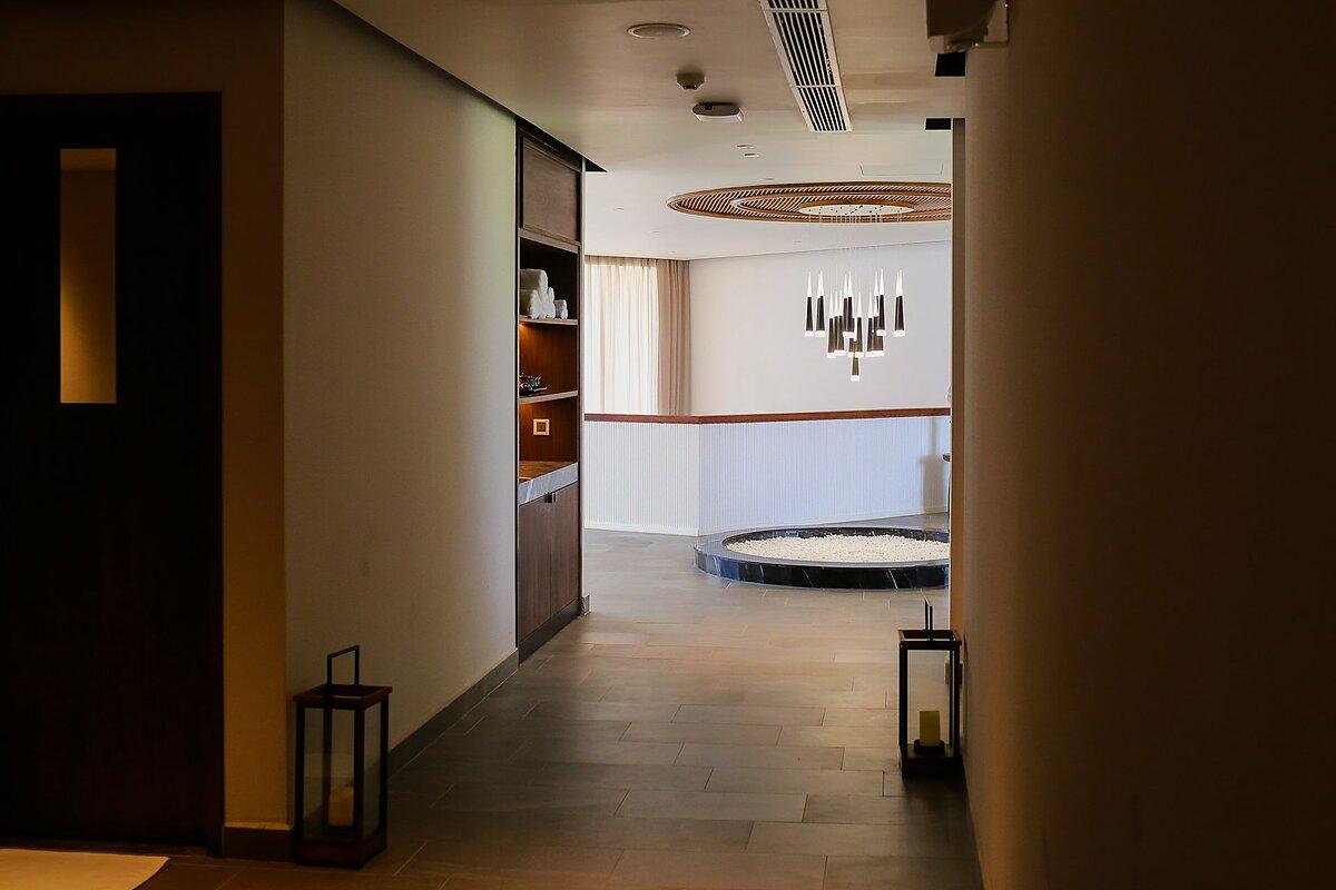 Đến Mövenpick Resort Waverly Phú Quốc, du khách được trải nghiệm trọn vẹn các tiện ích nghỉ dưỡng. Trong đó, Elements Spa & Salon gồm 15 phòng trị liệu, massage, phòng tắm hơi, bể sục và dịch vụ chăm sóc tóc, làm đẹp. Đặc biệt, khu nghỉ dưỡng sử dụng mùi hương hoàn toàn khác với các spa thông thường. Mùi hương trên mây là sự kết hợp của mùi gỗ thông và cỏ hương bài do các nhà sáng lập khu nghỉ dưỡng tự sáng chế.
