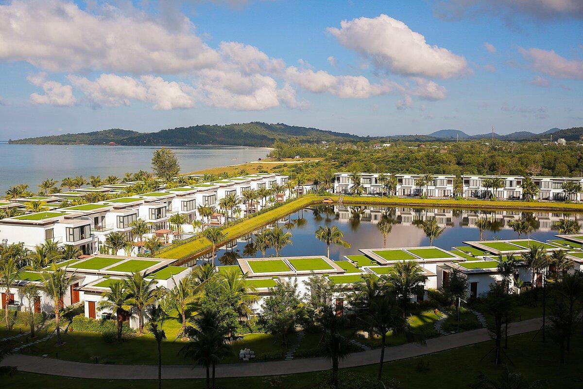 Mövenpick Resort Waverly Phú Quốc là khu nghỉ dưỡng 5 sao quốc tế duy nhất trên bãi Ông Lang  , Phú Quốc. Mới đây, Mövenpick Resort Waverly Phú Quốc đã đạt giải thưởng Khu Nghỉ Dưỡng Sang Trọng Dành cho Gia Đình Tốt Nhất Châu Á tại World Luxury Hotel Awards 2020.