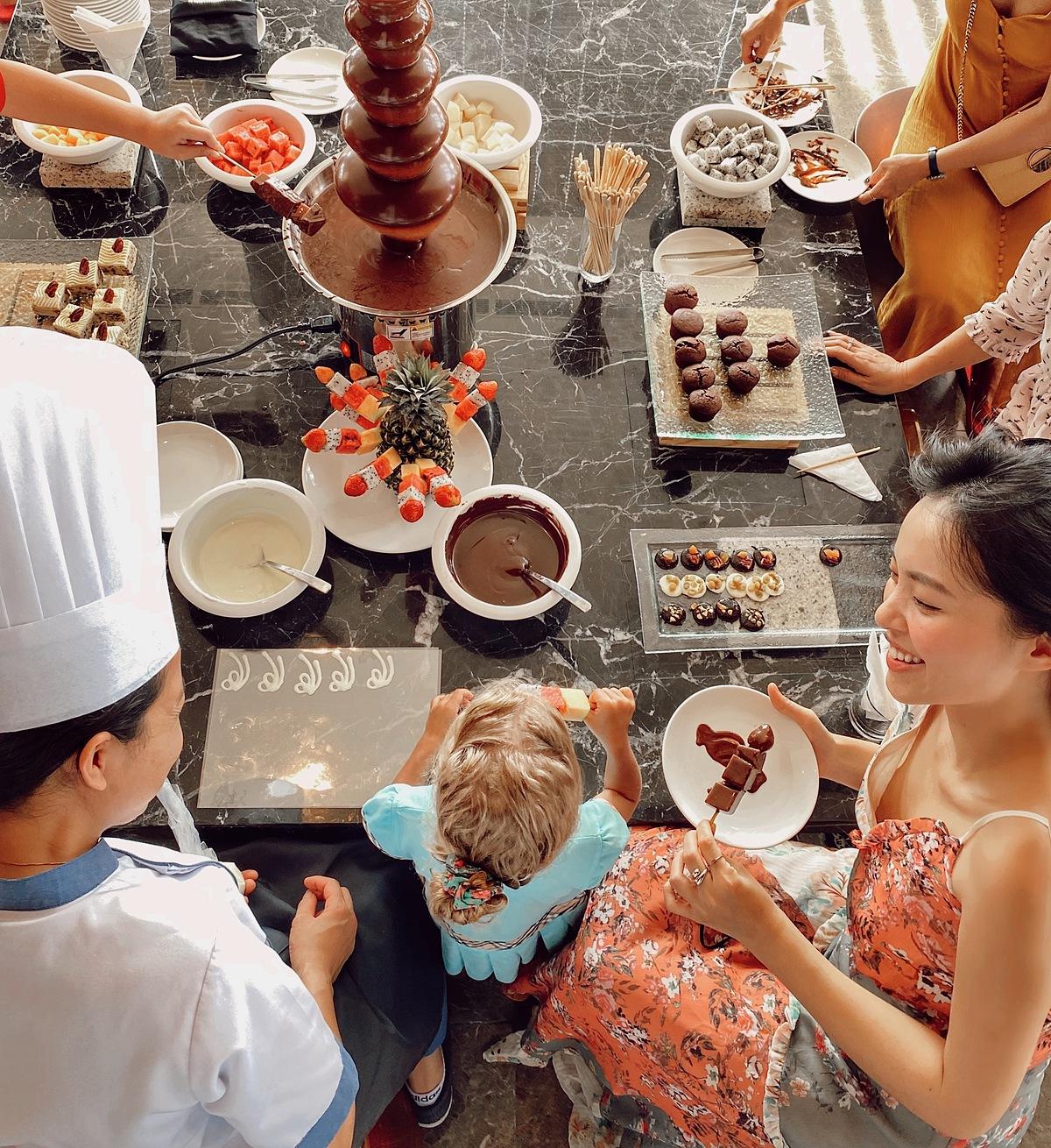 Ngoài ra, Mövenpick Resort Waverly Phú Quốc cũng tổ chức rất nhiều hoạt động nhỏ. Chocolate Hour diễn ra vào 4h hàng ngày, khách hàng có thể tự do tận hưởng miễn phí tất cả các loại chocolate do đầu bếp nổi tiếng tại Mövenpick Resort Waverly Phú Quốc chuẩn bị. Bên cạnh chương trình này, khu nghỉ dưỡng còn tặng du khách một viên chocolate vào mỗi buổi chiều và đặt trên gối với thông điệp chúc khách hàng có một buổi tối ngọt ngào.