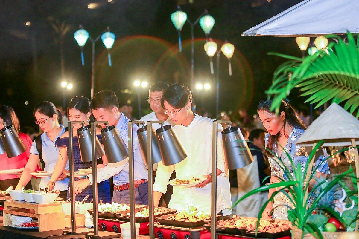 Cuối sự kiện, các blogger tham gia bữa tiệc thưởng thức ẩm thực Phú Quốc. Bữa tiệc được chuẩn bị bởi đội ngũ đầu bếp nổi tiếng của khu nghĩ dưỡng InterContinental Phu Quoc Long Beach.