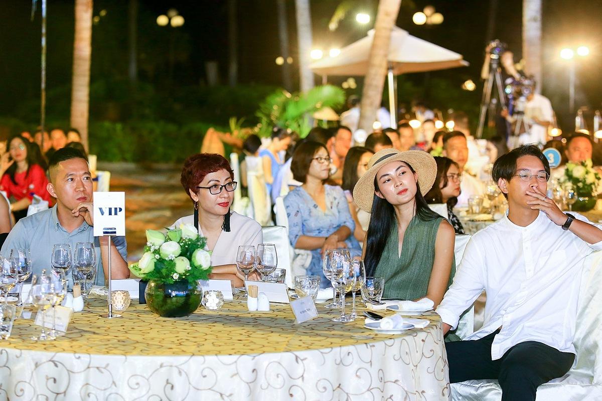 Helly Tống, Hoàng Nam, Phan Anh Esheep và Lạc (Lost) tham gia chương trình Chia sẻ trải nghiệm Đêm thiên đường đảo Ngọc diễn ra 22/11. Trước đó, các blogger đã có một chuyến khám phá và trải nghiệm Phú Quốc theo cách tiếp cận của riêng mình.