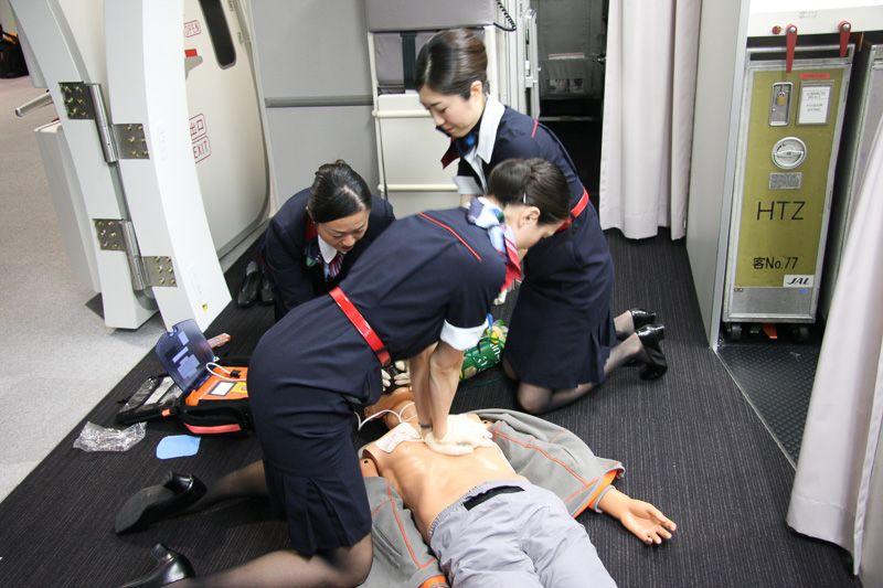 Các tiếp viên đều được học sơ cứu hành khách như ép lồng ngực, hô hấp nhân tạo. Ảnh: Pinterest