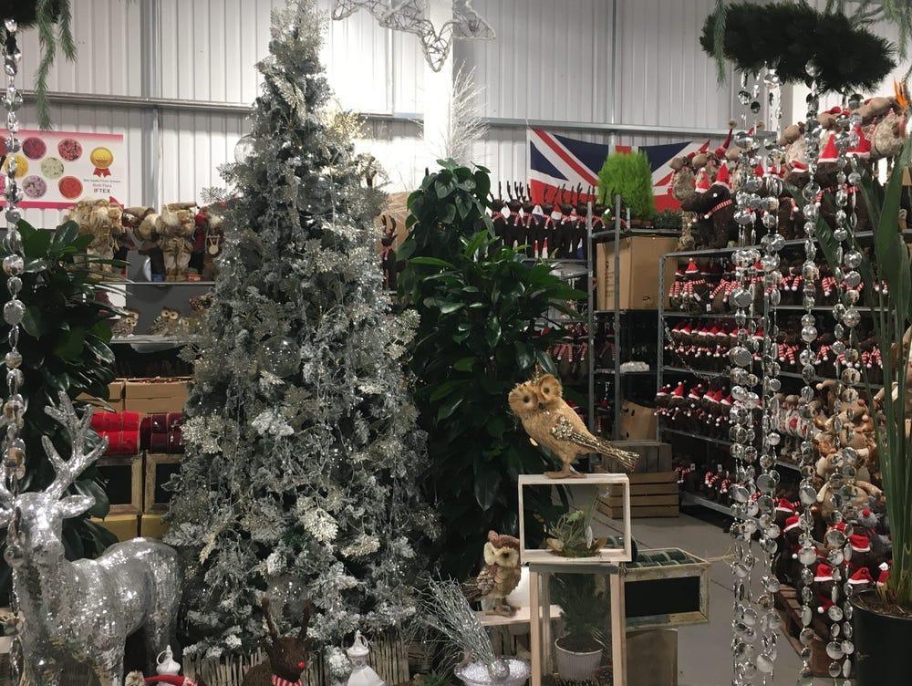 Đồ giáng sinh bắt đầu được bày bán trong chợ. Ảnh: Insider