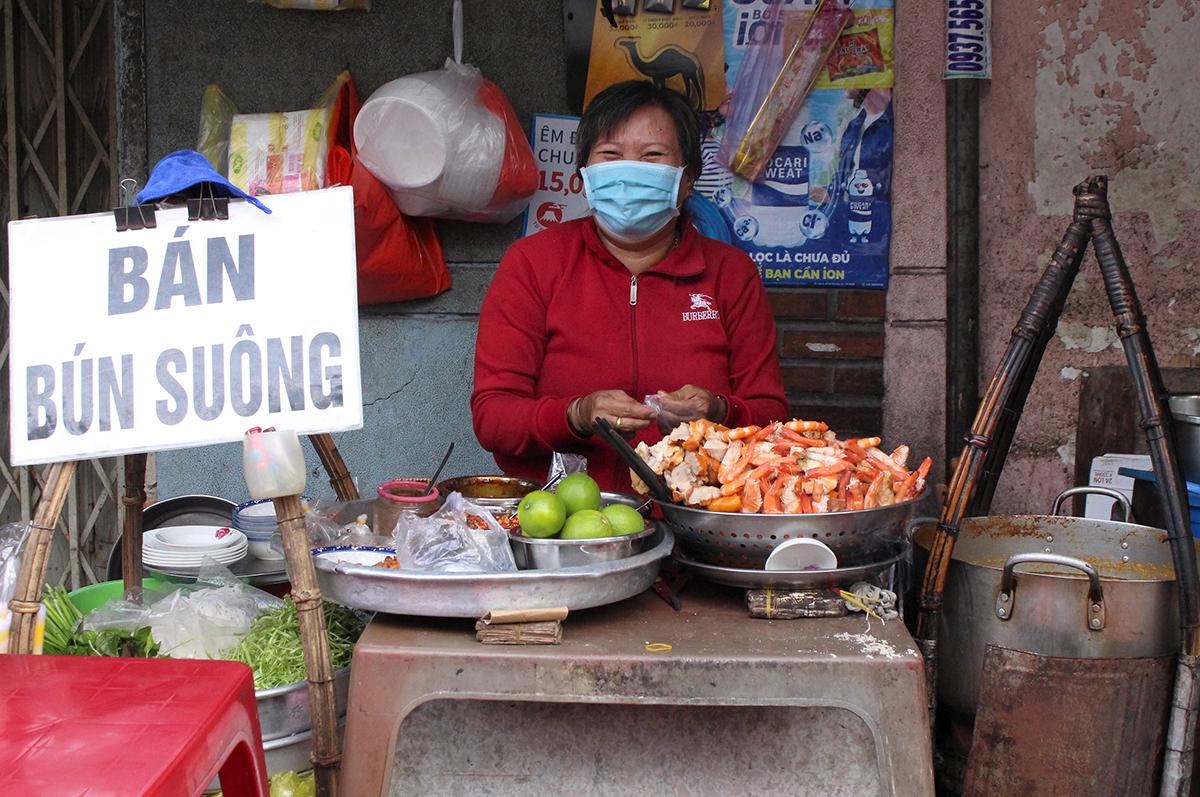 Cô Phạm Thị Lương (52 tuổi), nhà ở quận 7, TP.HCM là đời thứ 3 của gánh bún suông ở số 183/41, bến Vân Đồng, quận 4, TP.HCM. Mỗi ngày cô thức từ 2 giờ sáng để nấu nước lèo và chuẩn bị nguyên liệu bán bún. Đúng 4 giờ, cô cùng chồng đẩy xe bún sang quận 4 để dọn quán, 6 giờ là khách có tô bún suông nóng hổi vừa thổi vừa ăn trên tay.