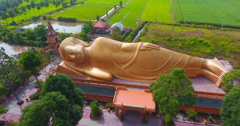 Tượng Phật nằm tại chùa Vàm Rây thuộc ấp Vàm Rây, xã Hàm Tân, có niên đại xây dựng hơn 600 năm.