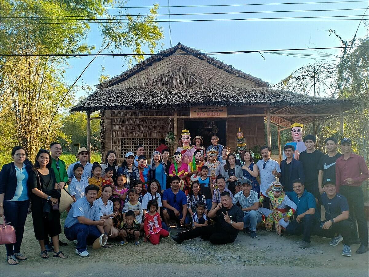 Đoàn khách tham quan điểm chế tác mặt nạ Kim Mạnh phục vụ lễ hội truyền thống văn hóa Khmer ở Trà Cú.