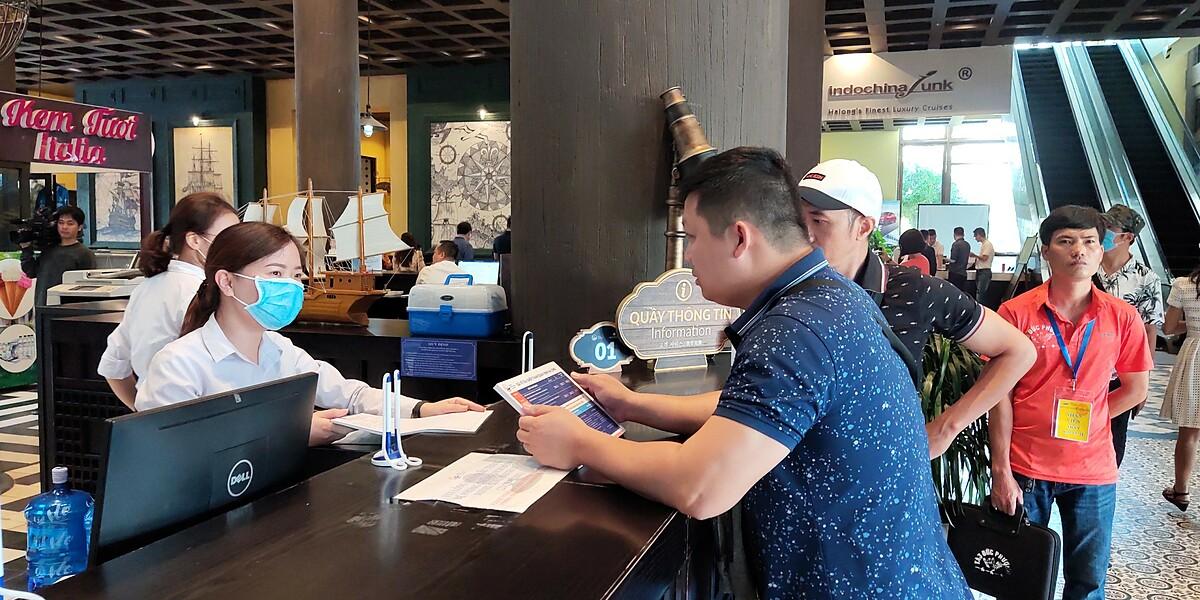 Các doanh nghiệp du lịch cho rằng, vấn đề chính hiện nay để thúc đẩy hoạt động du lịch là tạo đà cho sức mua tăng trở lại bằng cách chính sách hướng tới người tiêu dùng. Ảnh: Nguyễn Nam