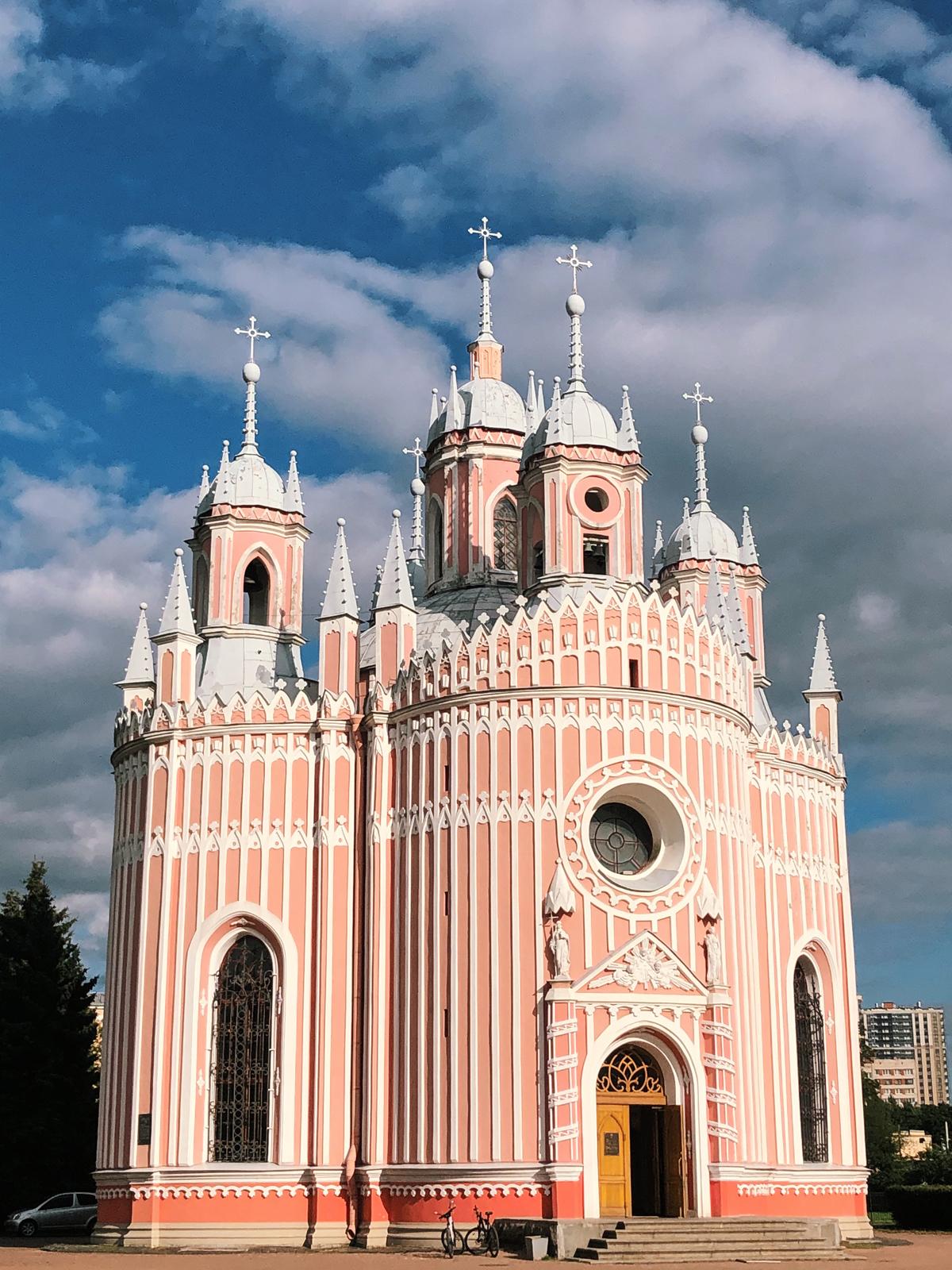 Nhà thờ Chesme tại Saint Petersburg, LB Nga, có kiến trúc Gothic với hình dạng như một chiếc bánh cưới khổng lồ. Nhà thờ nằm ở cực Nam thành phố, cách khá xa các địa điểm tham quan nổi tiếng. Nhà thờ được xây dựng dưới thời Catherine Đại đế bên cạnh Cung điện Chesme - nơi nghỉ chân của nữ hoàng khi di chuyển giữa Saint Petersburg và Hoàng thôn. Đây là địa điểm được nhiều người Nga và du khách nước ngoài ghé thăm nhờ kiến trúc độc đáo, khác biệt với các nhà thờ còn lại tại đây. Ảnh: Trung Nghĩa Võ.