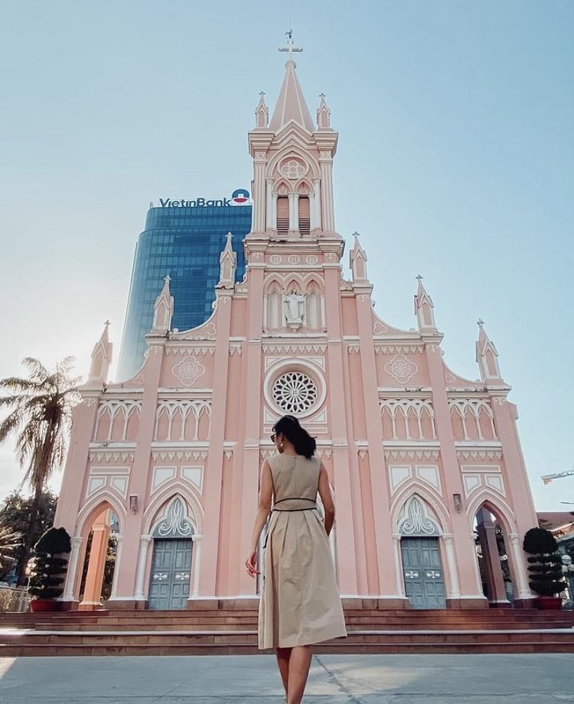Nhà thờ Chính Tòa Đà Nẵng, Việt Nam nằm giữa các công trình hiện đại. Đây là nhà thờ duy nhất được xây dựng tại Đà Nẵng vào thời Pháp thuộc. Trên nóc nhà thờ có tượng một con gà màu xám, vì vậy nhà thờ còn có tên gọi khác là nhà thờ Con Gà. Ảnh: japinamai821/instagram.