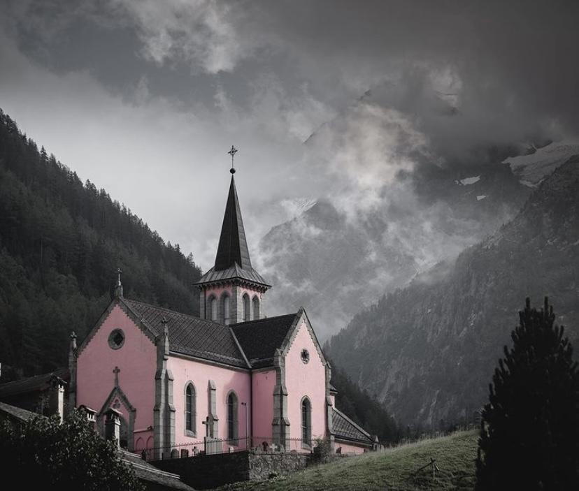 Nhà thờ Trient tại thung lũng Trient, Thụy Sĩ, nằm duyên dáng giữa khung cảnh ấn tượng. Nhà thờ là điểm đến yêu thích của nhiều nhiếp ảnh gia. Bên cạnh núi rừng Thụy Sĩ hùng vĩ, nhà thờ với màu sơn hồng làm sáng bừng không gian tại đây, bất kể ngày mưa gió. Ảnh: fotoryd_/instagram.