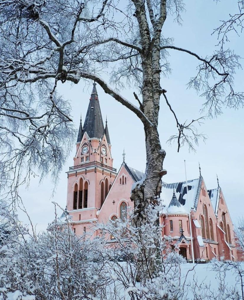Nhà thờ Kemi tại thị trấn Kemi, Phần Lan như bước ra từ trang truyện cổ tích. Nhà thờ nằm giữa thị trấn, là điểm sáng thổi hồn cho thị trấn Kemi thưa thớt dân cư và du khách. Ảnh: misikupcik/instagram.