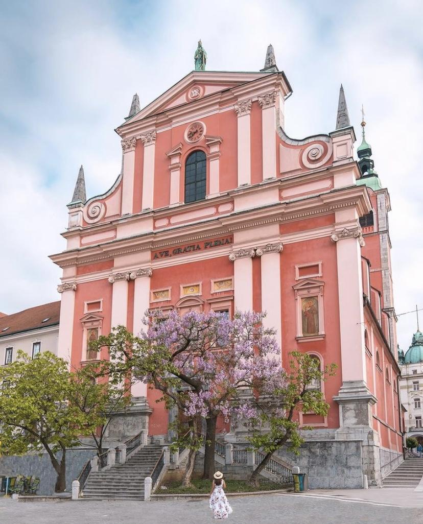 Nhà thờ Truyền tin Fanxico nằm tại quảng trường Prešernov, Ljubljana, Slovenia có phong cách kiến trúc là Baroque. Vị trí nổi bật của nó trên quảng trường và đối diện sông Ljubljanica khiến nó trở thành một nhà thờ rất nổi tiếng với du khách khi đến thăm thủ đô Slovenia. Ảnh: globetrottingsu/instagram.