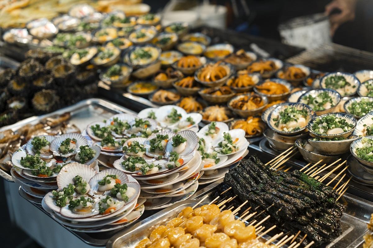 8 đặc sản ngon nhất của Phú Quốc với Phan Anh Esheep chính là hải sản nướng và nhum sống; gỏi cá trích; cơm chiên ghẹ; súp nấm tràm; cháo hải sản; lẩu dê nướng; rượu hay mứt, si-rô sim; đậu phộng ngào Phú Quốc. Đặc biệt, món đậu phộng ngào có tới hơn 30 vị cực kì lý thú từ vị me, vị muối ớt, vị pho mai, vị tiêu Phú Quốc, vị mù tạt, vị chanh, vị caramel...