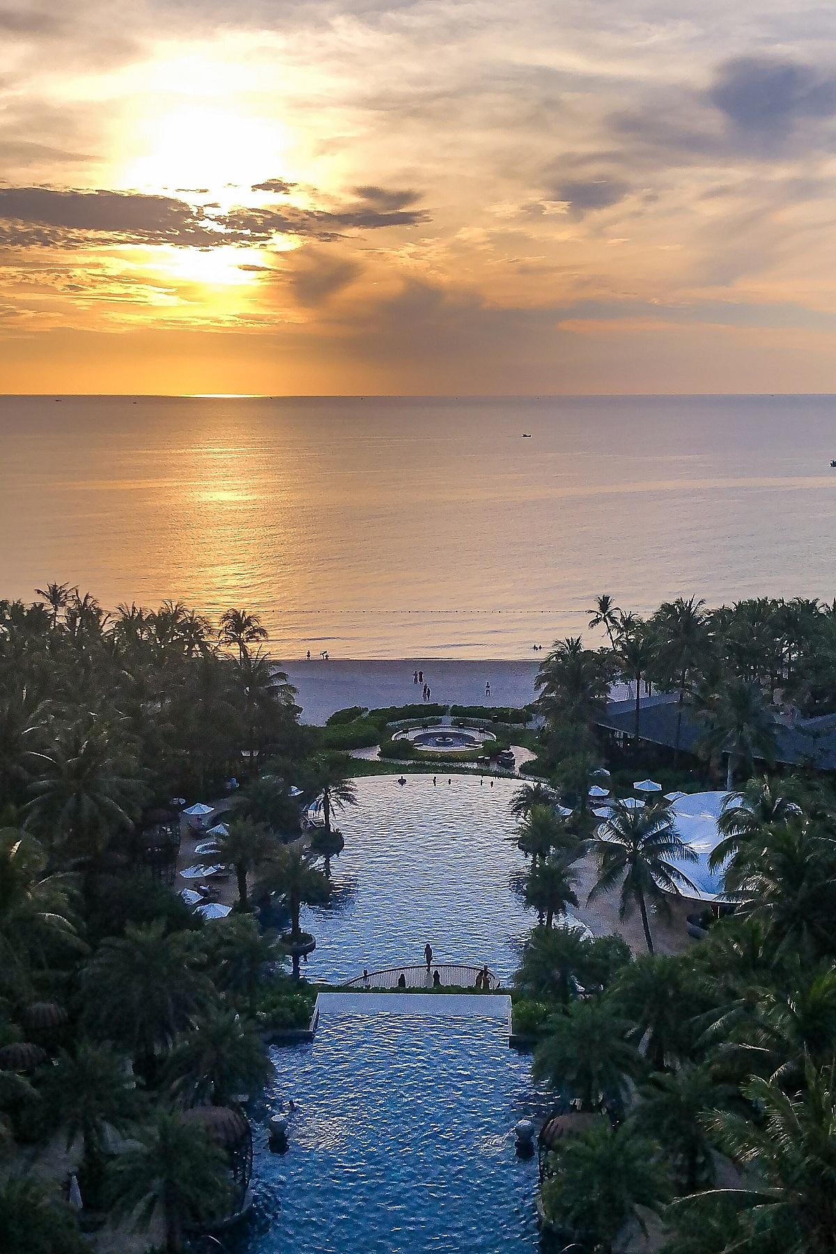 Một trong những trải nghiệm ấn tượng nhất trong chuyến đi lần này với Phan Anh Esheep chính là dịch vụ nghỉ dưỡng tại Intercontinental Long Beach Resort. Cô đánh giá đây chính là một trong những trải nghiệm đáng giá tại Phú Quốc: Phòng nghỉ tuyệt đẹp từ trên cao nhìn thẳng ra mặt biển lấp lánh và có thể ngắm hoàng hồn biển từ trên cao, kiến trúc thông minh khi tôi có thể cùng lúc ngắm cả biến và những rặng núi xanh nguyên sinh ngay tại phòng. Dịch vụ sang trọng hoàn hảo, chỉn chu. Ẩm thực nâng tầm nguyên liệu địa phương lên cấp độ sang trọng và đẳng cấp.