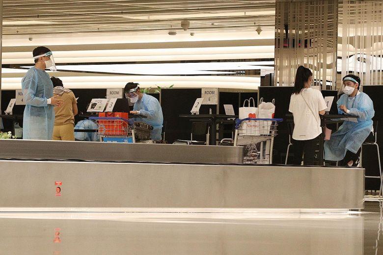 22 du khách từ Trung Quốc nhập cảnh Singapore ngày 6/11, cũng là ngày đầu tiên Singapore đơn phương mở cửa biên giới cho du khách từ đại lục. Ảnh: Straits Times.