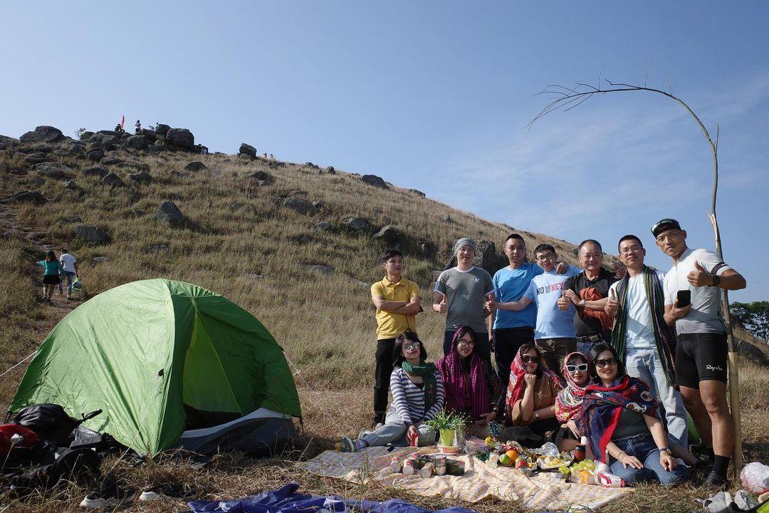 Du khách tổ chức dã ngoại ở Bình Hương cuối tháng 11. Ảnh: zcanob
