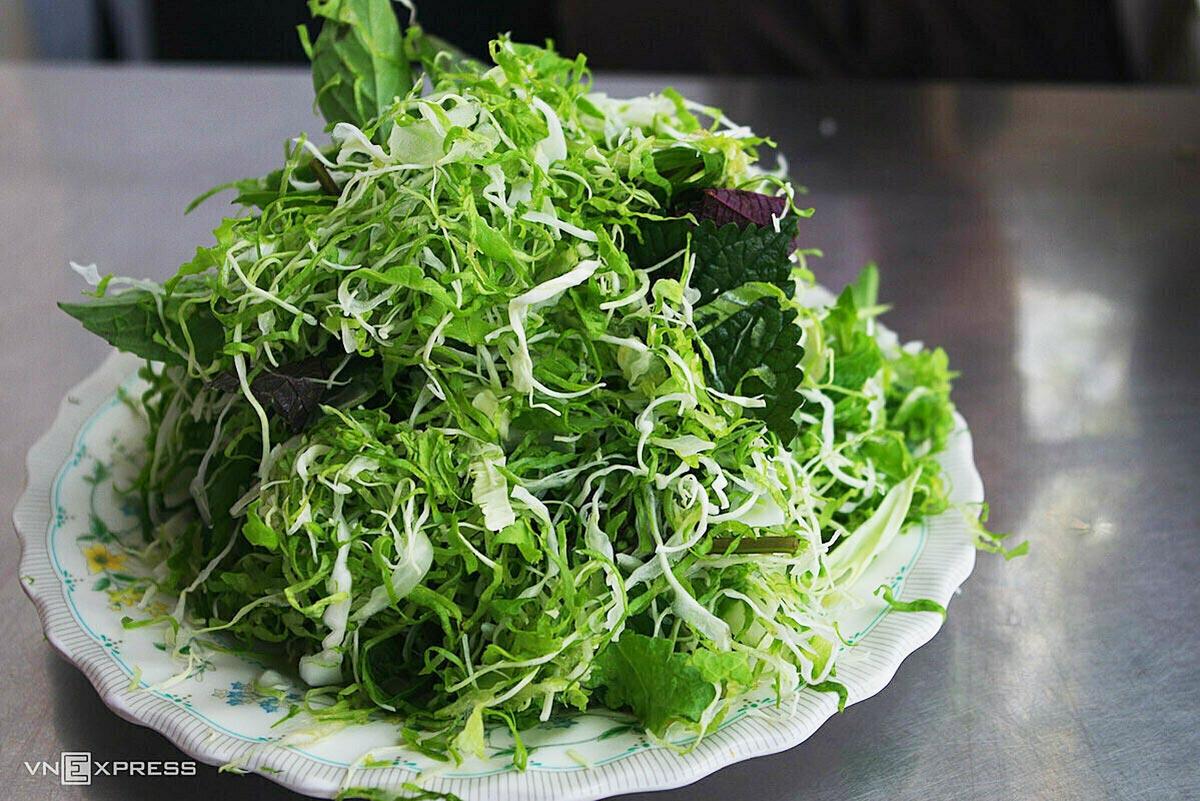 Đĩa rau sống thường thấy ở các quán ăn Đà Lạt. Ảnh:Tâm Linh