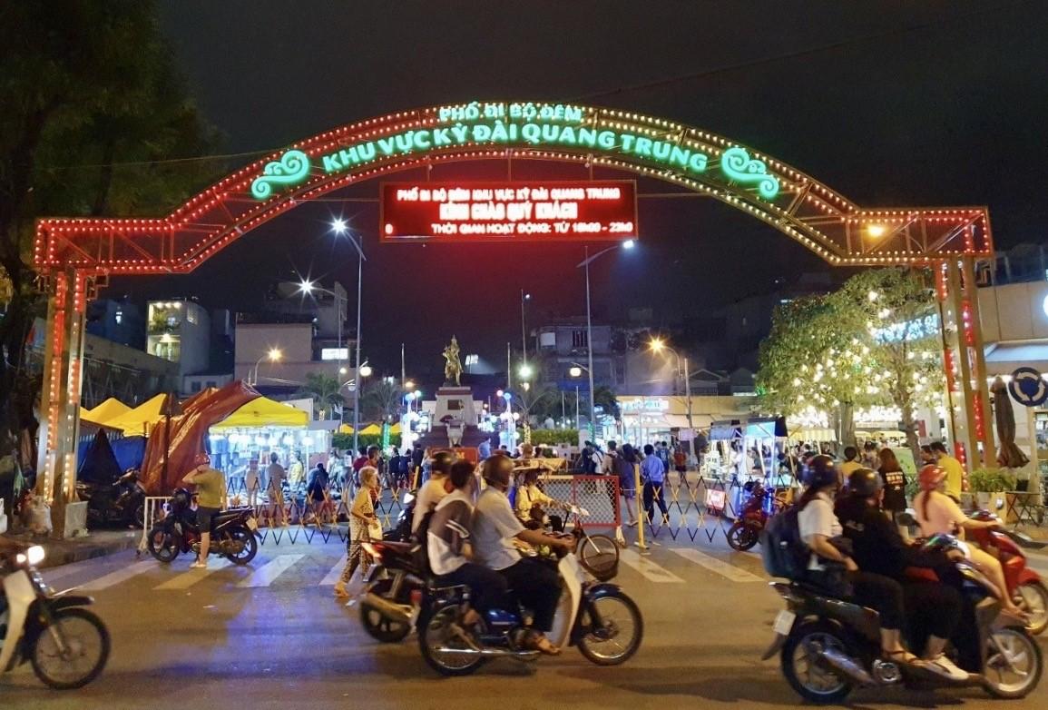 Hội chợ chỉ hoạt động buổi tối, mở cửa miễn phí. Ảnh: Thanh Hằng