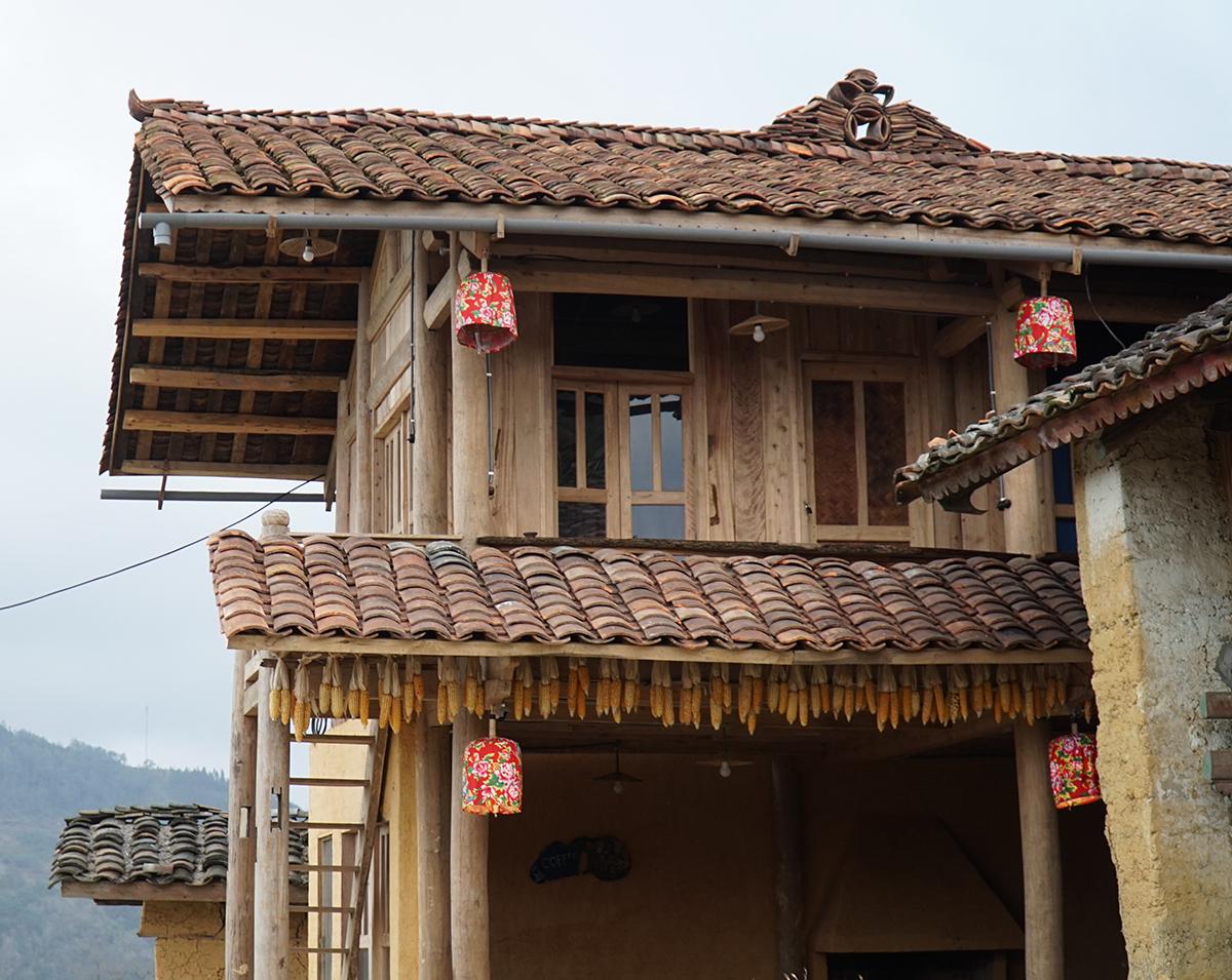 Những mái nhà lợp ngói âm dương kiểu truyền thống của người Lô Lô. Ảnh: Thu Hiền