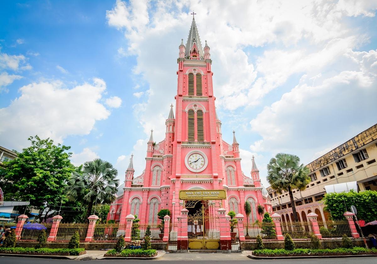 Nhà thờ Tân Định tại TP. HCM, Việt Nam. Là một trong những nhà thờ lâu đời nhất ở TP. HCM, công trình được xây dựng từ năm 1870, dưới sự giám sát của Cha Donatien Éveillard. Công trình được xây theo phong cách kiến trúc Gothic, La Mã và Phục Hưng cùng màu hồng đặc trưng. Tháng 6/2020, tạp chí du lịch Condé Nast Traveler đưa nhà thờ Tân Định vào danh sách 10 điểm đến màu hồng đẹp nhất thế giới. Ảnh: Nitsawan Katerattanakul/Shutterstock