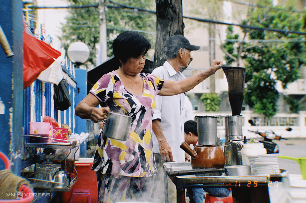 Cô Hạnh, 57 tuổi bán cà phê vợt hơn 20 năm. Ảnh: Lữ Nguyên.