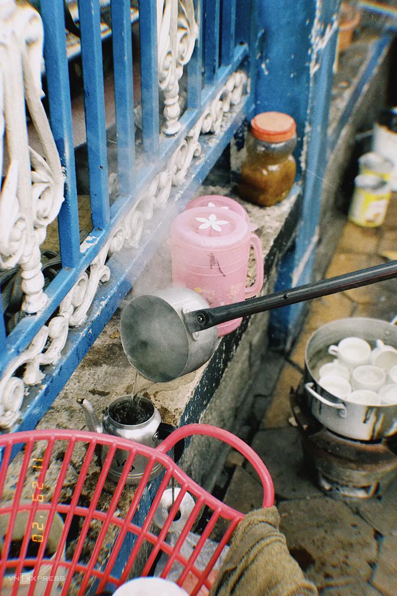 Cô Hạnh sử dụng gáo cả dài để rót nước vào ấm nhỏ pha cà phê. Ảnh: Lữ Nguyên