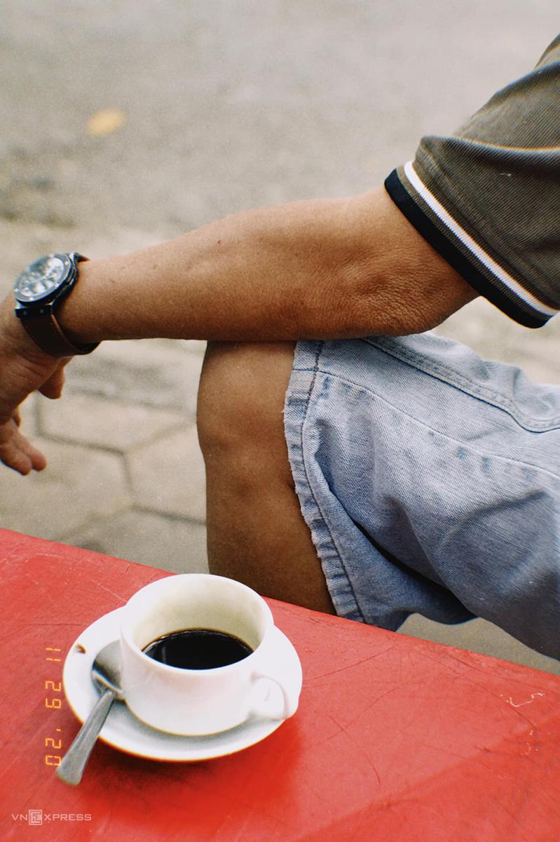 Mỗi ly cà phê được đựng trong chén sứ nhỏ màu trắng, kèm đĩa con và thìa nhỏ để khuấy. Ảnh: Lữ Nguyên.