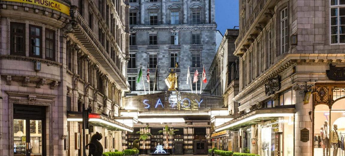Khách sạn 7 tầng này mỗi năm chỉ tính riêng tiền hoa đã phải chi khoảng 450.000 USD và trung bình mỗi khách được phục vụ bởi 2,5 nhân viên. Tất cả các căn phòng nhìn ra sông Thames đều có quản gia riêng. Ảnh: Savoy Hotel