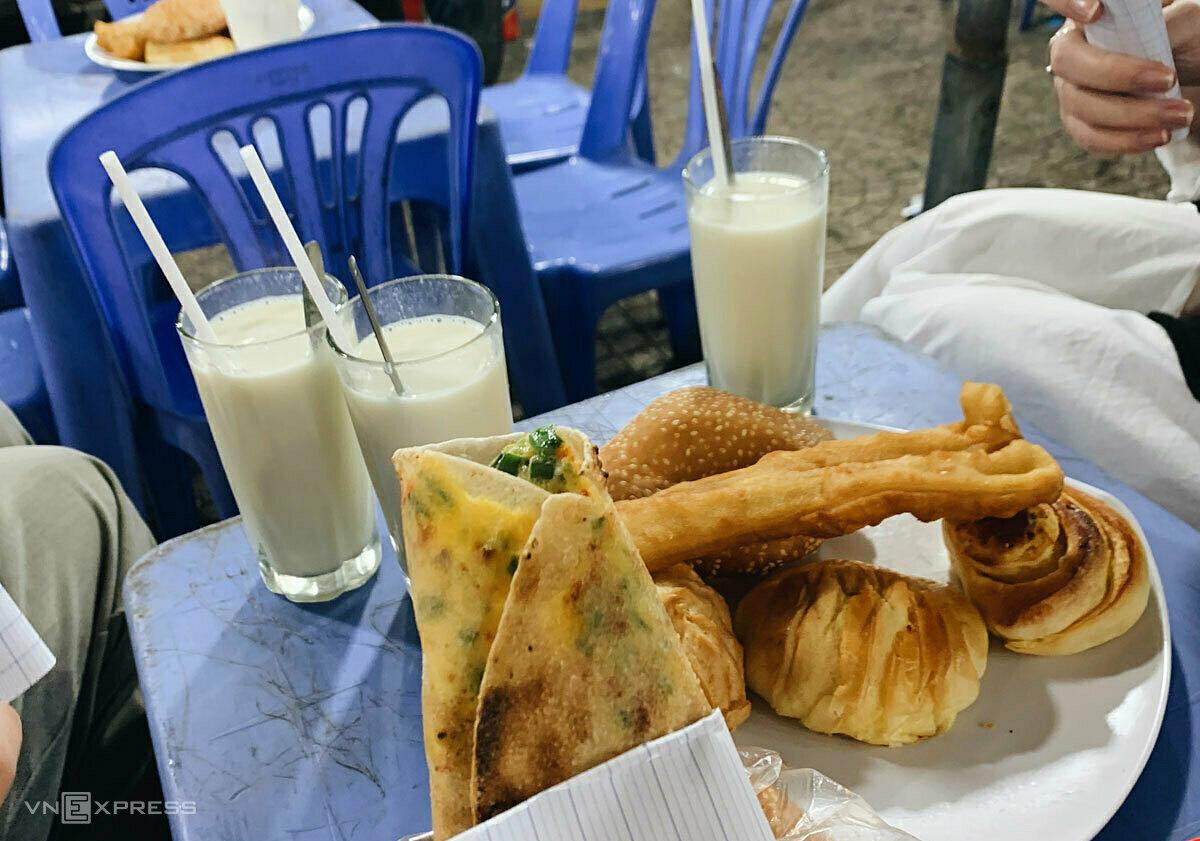 Sữa đậu nành, các loại bánh ngọt, bánh tráng nướng, bánh tiêu... là những món cần thưởng thức khi đến chợ đêm.