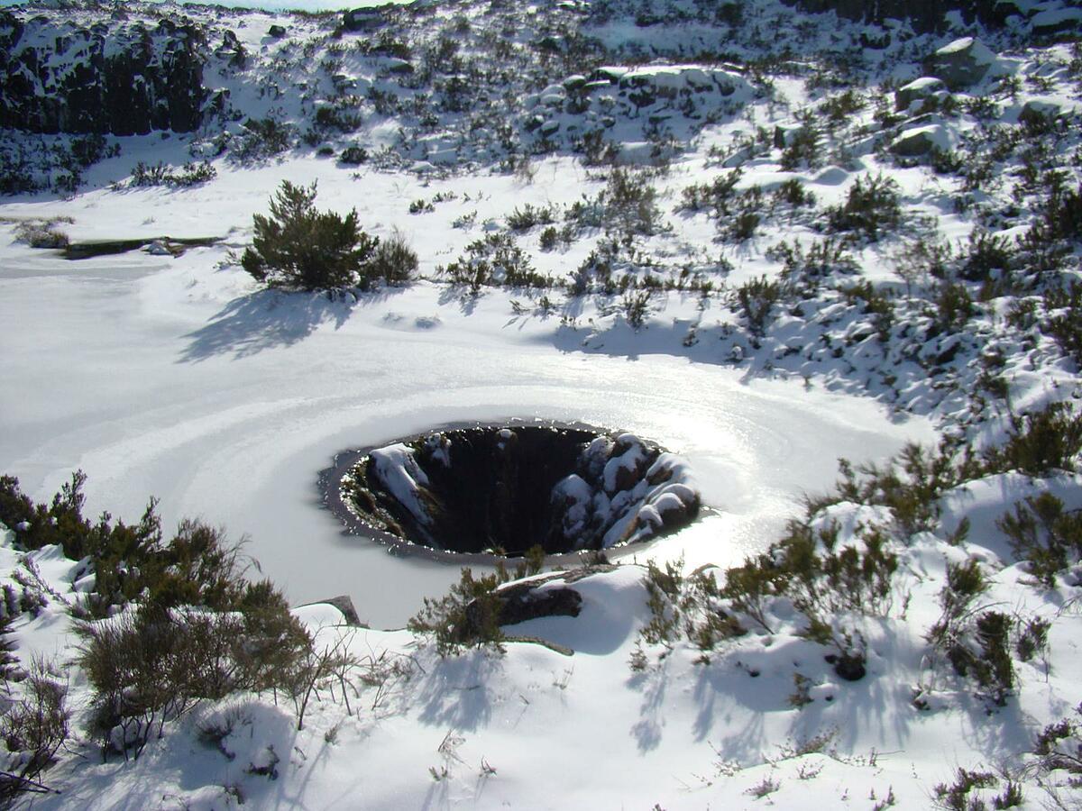 Mùa đông mọi thứ quanh hồ nước và cả hố tử thần đều đóng băng. Ảnh: wikiloc