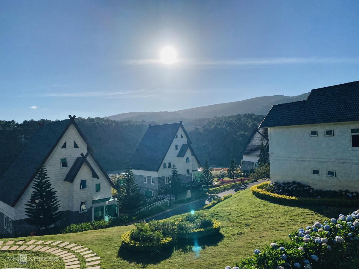 Dalat Wonder Resort nằm ở khu di tích thắng cảnh quốc gia hồ Tuyền Lâm. Nơi đây được ví như Thụy Sĩ thu nhỏ của Đà Lạt. Trong thời gian gần đây, khu nghỉ dưỡng này xuất hiện nhiều trên các tạp chí quảng bá du lịch tỉnh Lâm Đồng, cũng như trên mạng xã hội nhờ không gian mơ mộng, mang nhiều dấu ấn phương Tây.