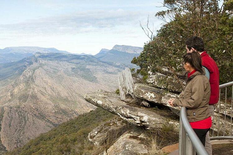 Thông thường, du khách chỉ có thể đứng bên trong hàng rào an toàn để ngắm mỏm đá từ xa. Ảnh: Visit Melbourne