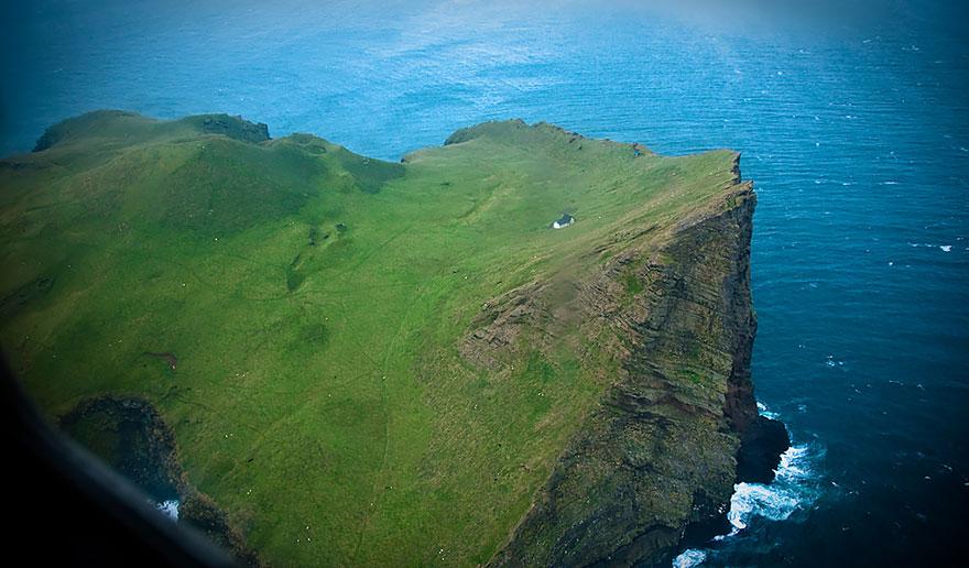 Ngôi nhà sơn màu trắng, nằm quay mặt ra phía biển, đối diện với những con sóng Đại Tây Dương hoang dã. Ảnh: Christopher Lynn/Bored Panda