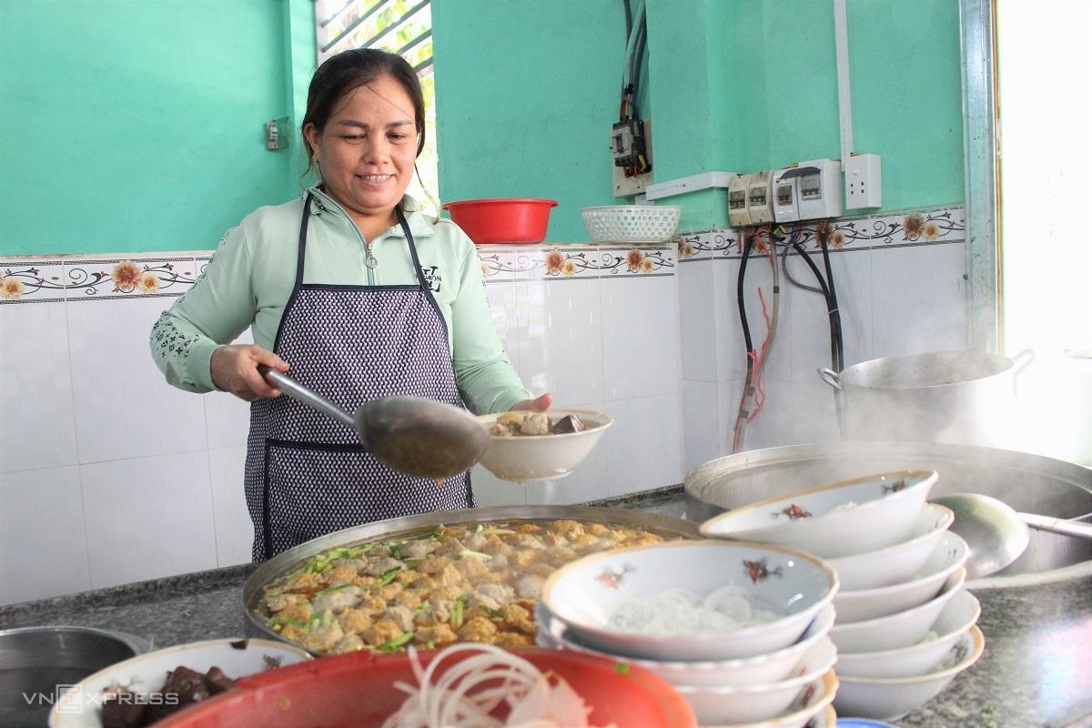 Cô Võ Thị Sương (48 tuổi) là người gốc Huế vào TP HCM lập nghiệp từ 16 năm trước. Ảnh: Huỳnh Nhi