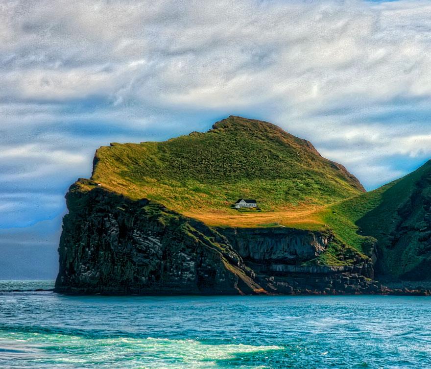 Ngôi nhà sơn màu trắng, nằm quay mặt ra phía biển, đối diện với những con sóng Đại Tây Dương hoang dã. Ảnh:Gisli Jon/Bored Panda