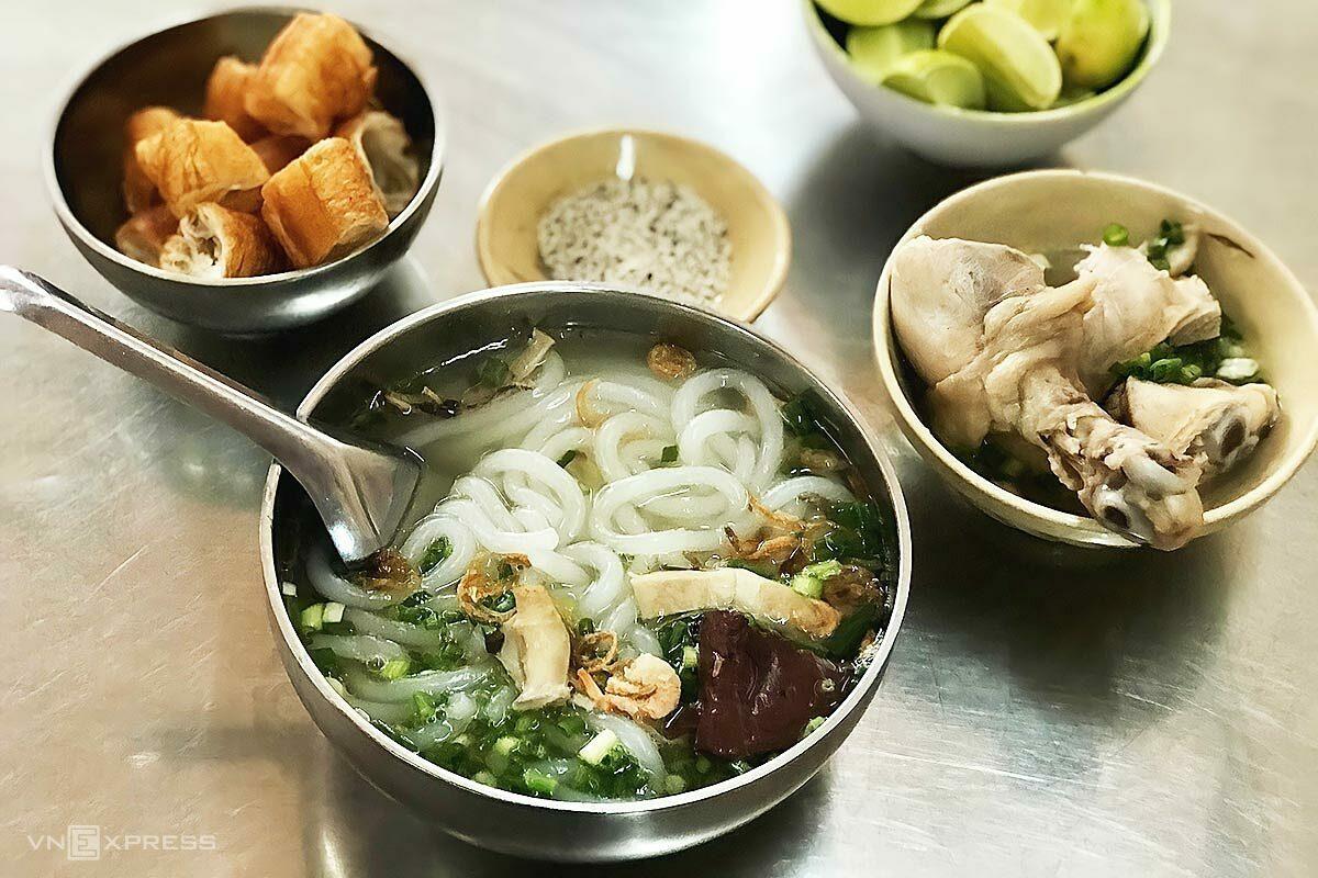 Phần đùi gà được để riêng để thực khách dễ ăn.  Ảnh: Cao Ly