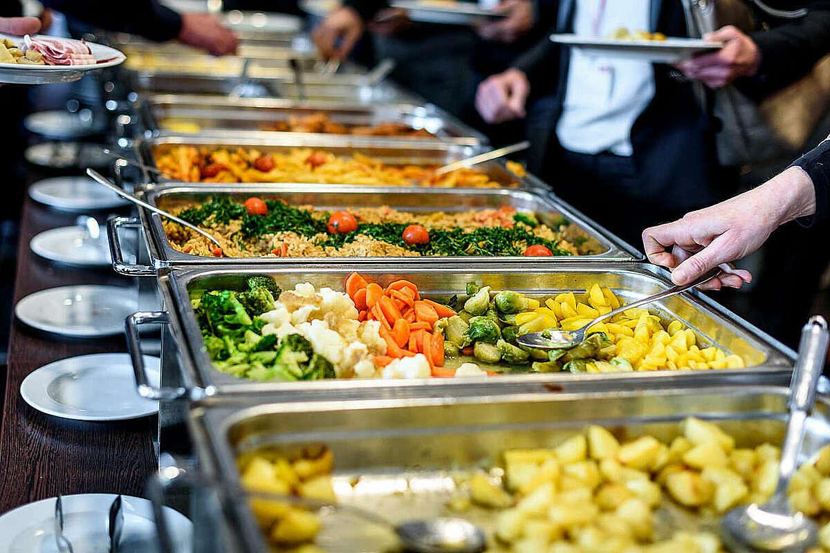Một mẹo để đi ăn buffet là không nên ăn quá nhiều một món hoặc chọn các món dễ no để ăn ngay lúc đầu như cơm, phở, xôi, mì... Ảnh: Thrillist